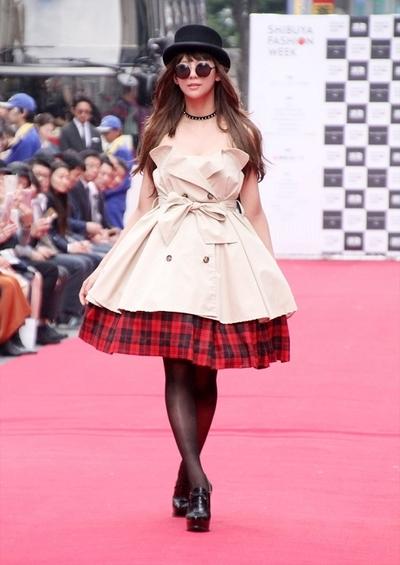 西内まりや, Oct 23, 2016 : 「渋谷ファッションウイーク」の路上ファッションショー