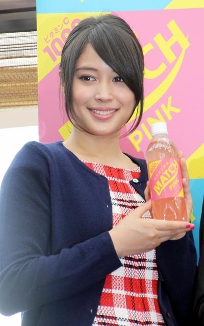 広瀬アリス/Alice Hirose, Nov 03, 2014 : ビタミン飲料「MATCH」の発表会に登場した広瀬アリスさん(左)、すずさん姉妹=2014年11月3日撮影