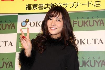 石川恋, Oct 16, 2016 : 東京都内で開催された「石川恋 2017年 カレンダー」の発売イベント