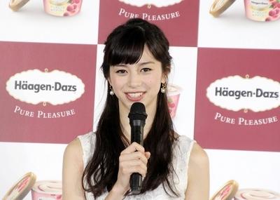 中条あやみ/Ayami Nakajo, Feb 04, 2016 : ハーゲンダッツのアンバサダーに起用され新商品発表会に登場した中条あやみさん=2016年2月4日撮影
