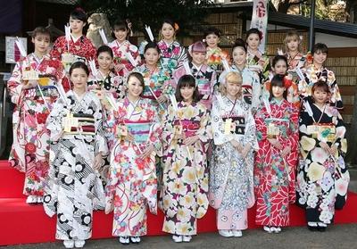 E-girls, Jan 05, 2017 : 中目黒八幡神社で初詣を行った「E-girls」