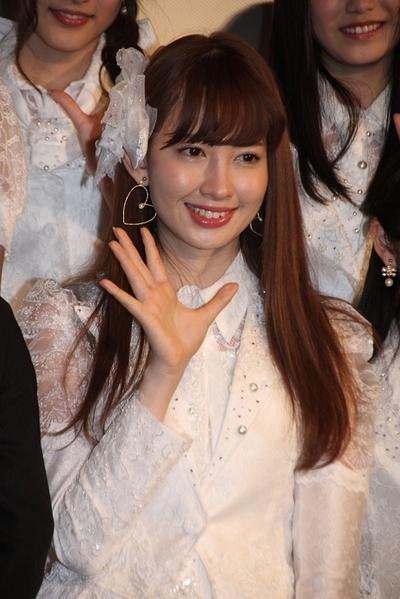 小嶋陽菜/Haruna Kojima(AKB48), Feb 01, 2013 : 最新ドキュメンタリー映画「DOCUMENTARY OF AKB48 NO FLOWER WITHOUT RAIN 少女たちは涙の後に何を見る?」の舞台あいさつ=2013年2月1日撮影