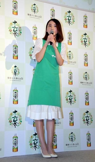 新垣結衣/Yui Aragaki, Feb 05, 2016 : 「健康十六茶カフェ」の1日店長を務めた新垣結衣さん=2016年2月5日撮影