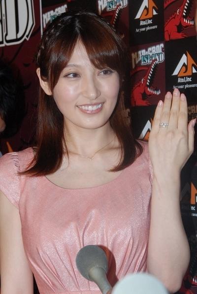 熊田曜子/Yoko Kumada, Jul 29, 2012 : 幸せそうな表情で結婚指輪見せる熊田曜子さん=2012年7月29日撮影