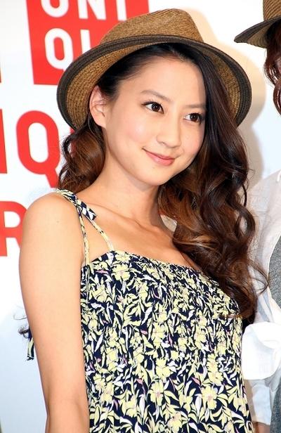 河北麻友子/Mayuko Kawakita, Apr 22, 2013 : ユニクロのワンピースの着こなしをレクチャーした河北麻友子さん=2013年4月22日撮影