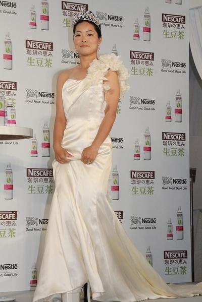 イモトアヤコ/Ayako Imoto, Aug 30, 2012 : ネスカフェの新商品発表会にウエディングドレス姿で登場したイモトアヤコさん=2012年8月30日撮影