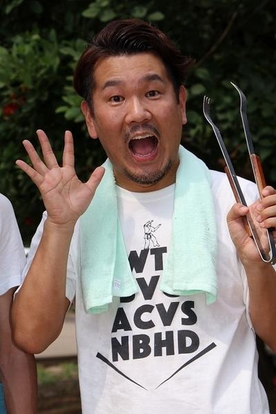 藤本敏史(FUJIWARA), Aug 10, 2016 : 東京都内のバーベキュー会場で行われたアウトドアタレント・たけだバーベキューさんの著書「すごいバーベキューのはじめかた」の出版記念イベント「お父さんのためのBBQ講座」