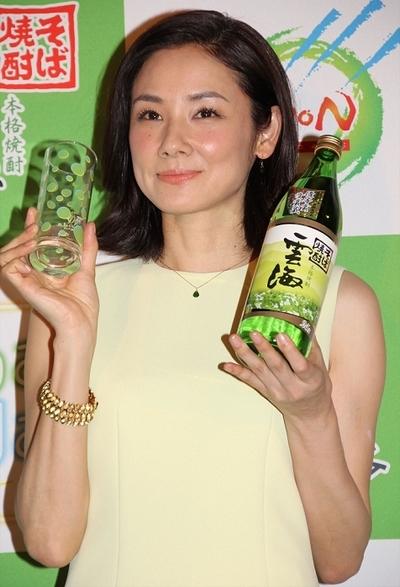 吉田羊/Yo Yoshida, Mar 23, 2016 : 東京都内で行われたそば焼酎「雲海」(雲海酒造)のマスコミ発表会にて雲海を炭酸水で割った「そばソーダ」という新しい飲み方を提案