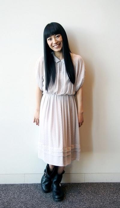 シフォンの襟付きワンピース姿の歌手・miwa