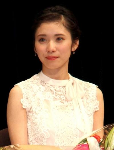 松岡茉優, Nov 25, 2016 : 東京都内で開催された「山路ふみ子映画賞」の贈呈式