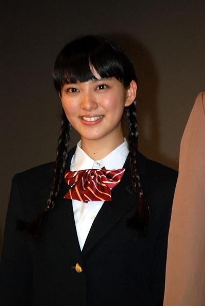 武井咲/Emi Takei, Nov 08, 2012 : 映画「今日、恋をはじめます」の完成披露舞台あいさつに手をつないで登場した武井咲さん=2012年11月8日撮影