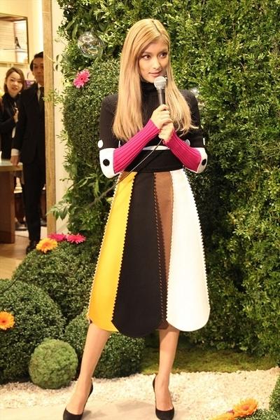 ローラ, Nov 09, 2016 : 「サルヴァトーレ フェラガモ」の銀座本店リニューアルオープンイベントに登場し自身の足の木型を手にするローラさん=2016年11月9日撮影