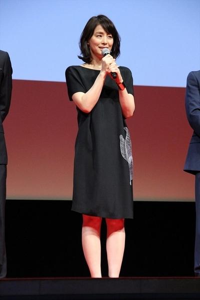 ミニスカート姿の石田ゆり子さん