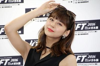 西内まりや, Oct 03, 2016 : 東京都内で行われた「第29回日本メガネベストドレッサー賞」表彰式