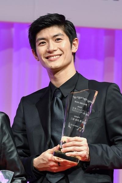 三浦春馬, Jan 24, 2017 : 東京都内で行われた「第28回日本ジュエリーベストドレッサー賞」表彰式
