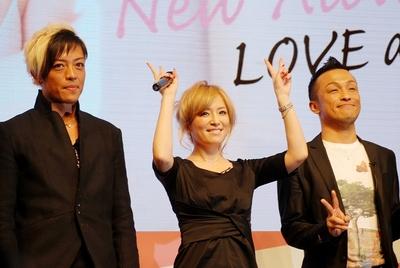 浜崎あゆみ/Ayumi Hamasaki, Feb 09, 2013 : ファンの前でおどけた表情をみせる浜崎あゆみさん=2013年2月9日撮影
