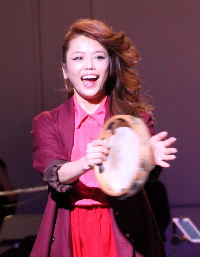 Chara, Oct 14, 2013 : 写真説明:「InRed」の創刊10周年を記念したイベント「大人女子パーティ」でスペシャルライブを行った歌手のCharaさん =2013年10月14日撮影
