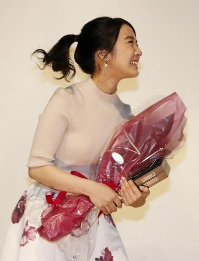 上白石萌音, Apr 13, 2017 : 「第26回日本映画プロフェッショナル大賞」で新進女優賞を受賞した上白石萌音さん=2017年4月13日撮影